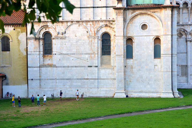De kerk als voetbaldoel in Lucca